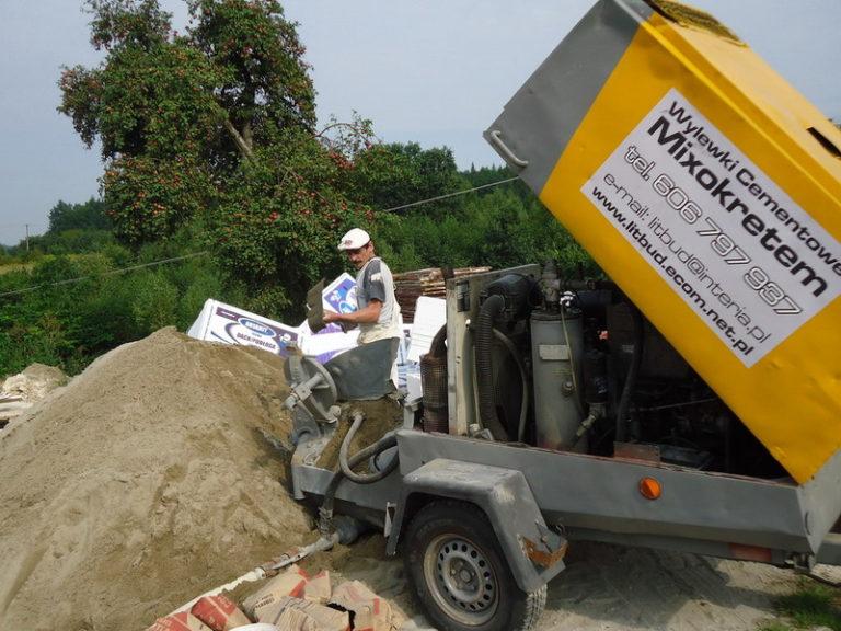 Używanie maszyn do tynkowania na placu budowy ma wiele zalet