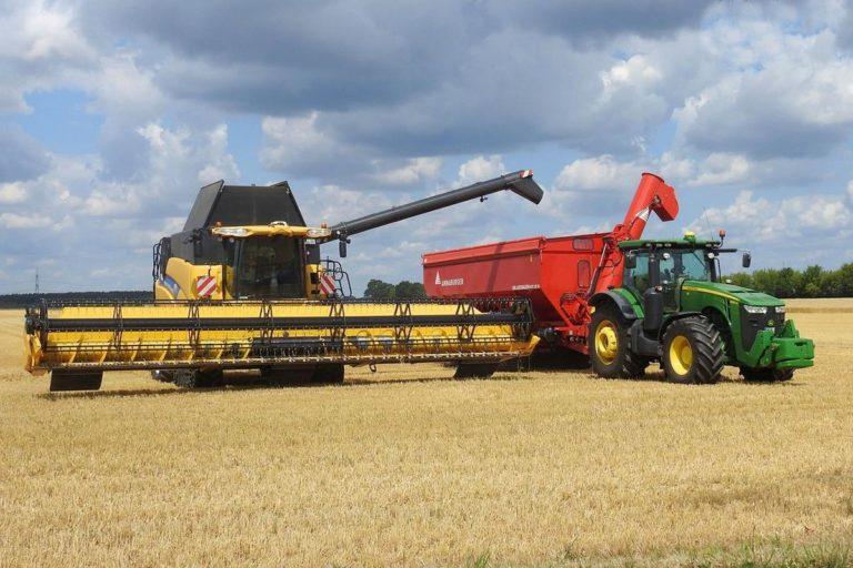 Pracochłonne zadania można szybko wykonać za pomocą maszyn rolniczych