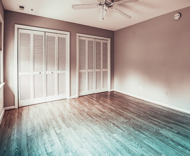 Deski podłogowe z drewna dębowego – cechy i atuty